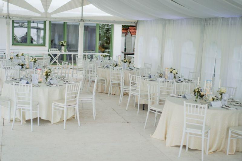 Decor floral minimalist nunta, flori albe Joyful Colors