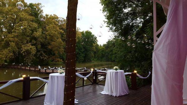 Ghirlande luminoase, decor feeric nunta pe malul lacului